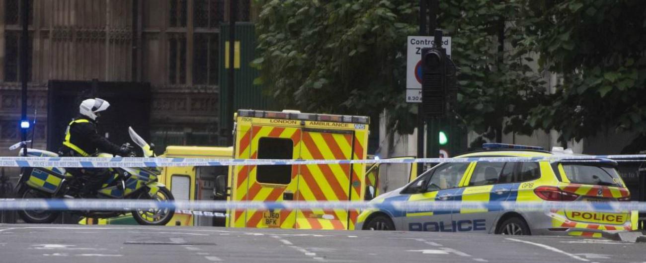 """Londra, auto si schianta contro barriere di sicurezza di Westminster: 3 feriti non gravi. Un arresto: """"Sospetto terrorismo"""""""