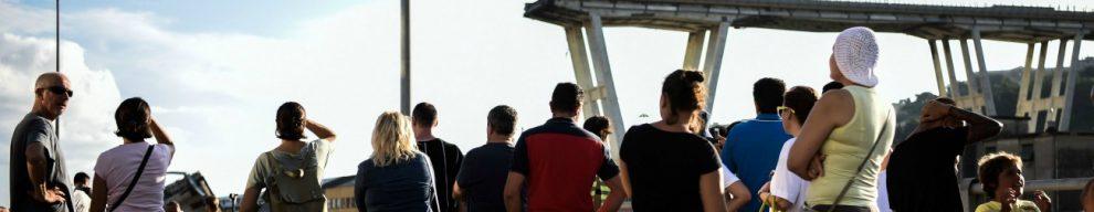 """Crollo viadotto A10, la processione dei genovesi sotto il ponte Morandi: """"Ora la città è spezzata in due"""""""