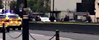 Londra, auto si schianta contro le barriere del Parlamento. Il conducente arrestato e portato via dalla polizia