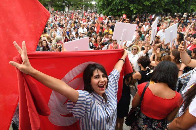Tunisia, in migliaia in piazza per le donne e in sostegno de