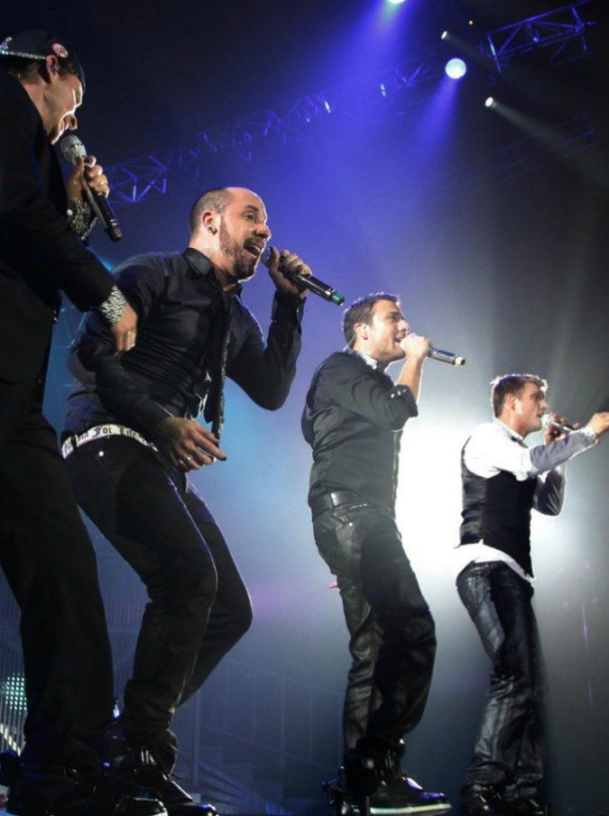 Backstreet Boys, venti a 130 chilometri orari fanno crollare tendone prima del concerto: feriti 14 fan – VIDEO