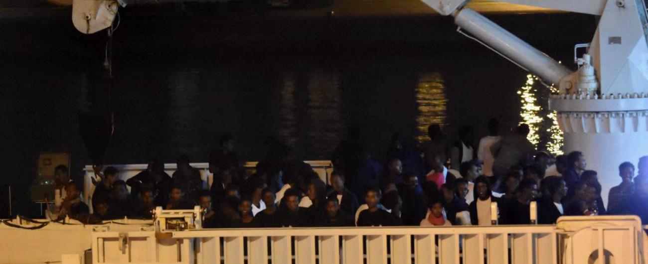 Nave Diciotti a Catania, ma niente sbarco. Ue: 'Sforzo per distribuire 177 migranti'. Ma Salvini: 'Bruxelles non mantiene patti'