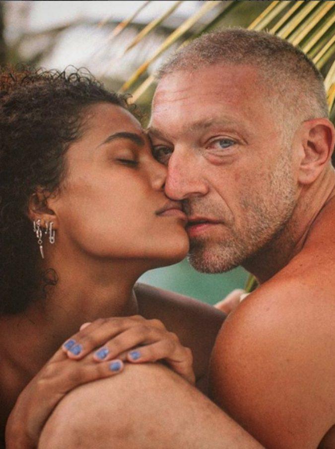 """Vincent Cassel racconta la storia d'amore con Tina Kunakey e rivela: """"Voglio avere altri figli"""". Con Monica Bellucci? """"Nessuna guerra, le voglio bene"""""""