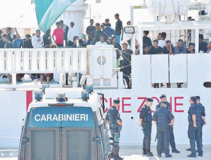 """Migranti, la battaglia navale """"immobile"""" della Diciotti"""