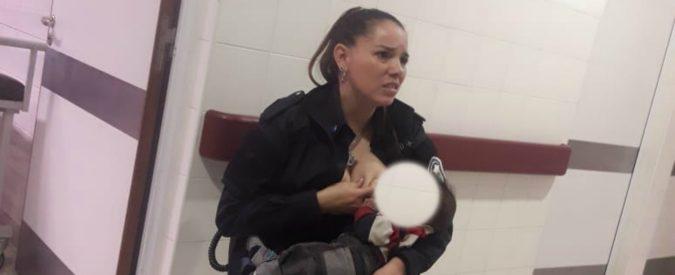 Argentina, poliziotta allatta il bimbo di una donna arrestata. Molto bello, ma dov'è la notizia?