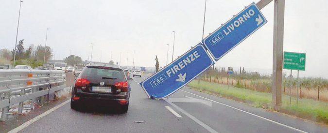 Maltempo in Toscana, un cartello stradale si abbatte sulla Firenze-Pisa-Livorno