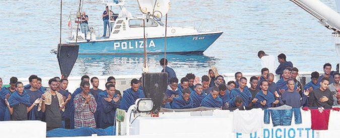 """Gli """"ostaggi"""" a bordo, polizia e arancini sul molo"""