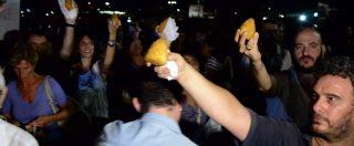 """Nave Diciotti, arancini per i migranti. Nuova manifestazione al porto di Catania: """"Sbarchino subito, siamo una città aperta"""""""