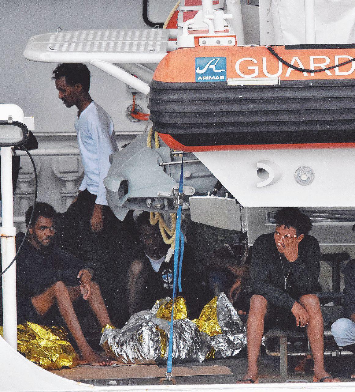 In Edicola sul Fatto Quotidiano del 25 agosto: La Ue se ne frega dei migranti. I governi lavorano per Salvini