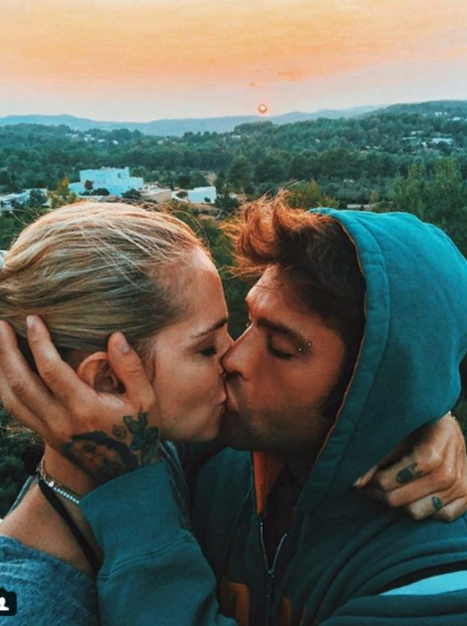 Fedez-Chiara Ferragni, count-down per le nozze: la dedica con l'ultimo tramonto a Ibiza e l'ironia del rapper per le nuove piastrelle di casa