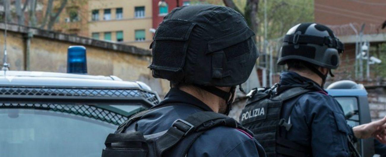 """Firenze, minaccia armato ex compagna e fugge. La polizia ai residenti: """"Non uscite"""""""