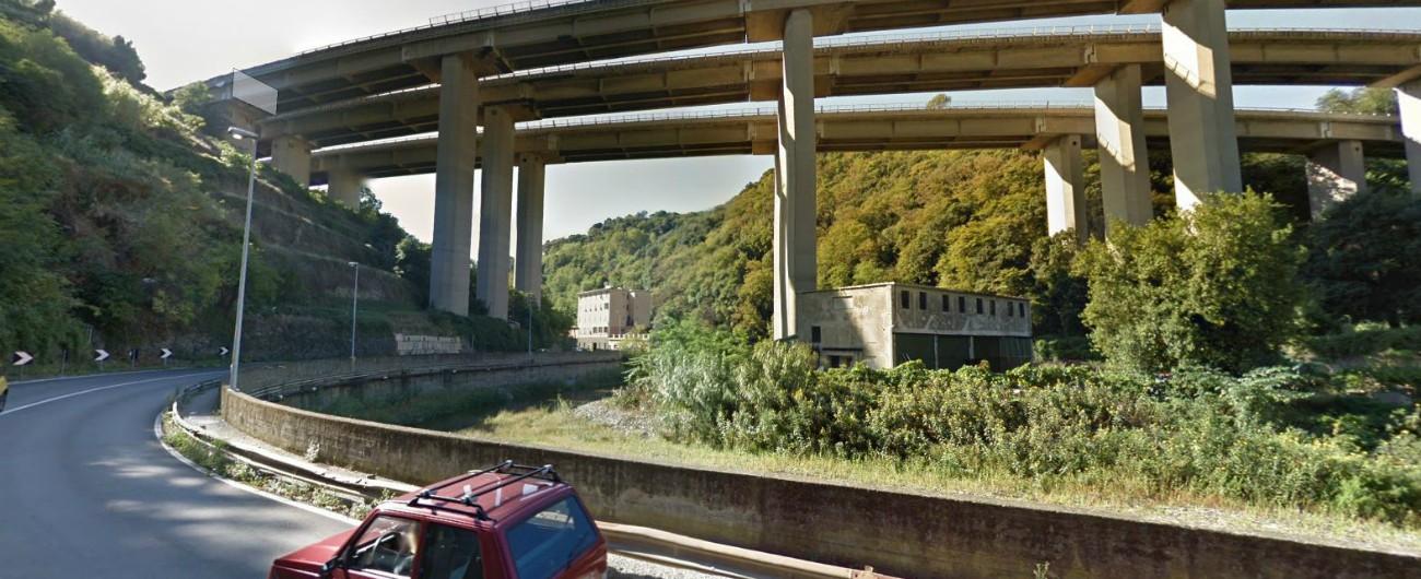 Genova, cadono calcinacci da un viadotto dell'A26: chiusa una strada. Vigili del fuoco chiedono perizia ad Autostrade