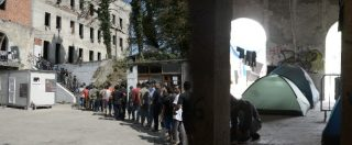"""Bosnia, con i migranti che tentano la strada verso l'Europa: """"A piedi nei boschi, in fuga da polizia e mine antiuomo"""" – Reportage"""