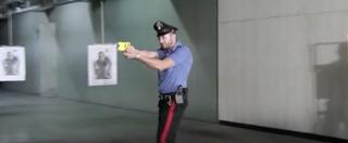 Taser, da oggi agenti con la pistola elettrica. Il Viminale sceglie (senza gara) un modello vecchio e più costoso