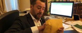 """Caso Diciotti, Salvini mostra in diretta Facebook l'avviso di garanzia: """"Sono indagato, qualcuno vuole fermarmi"""""""