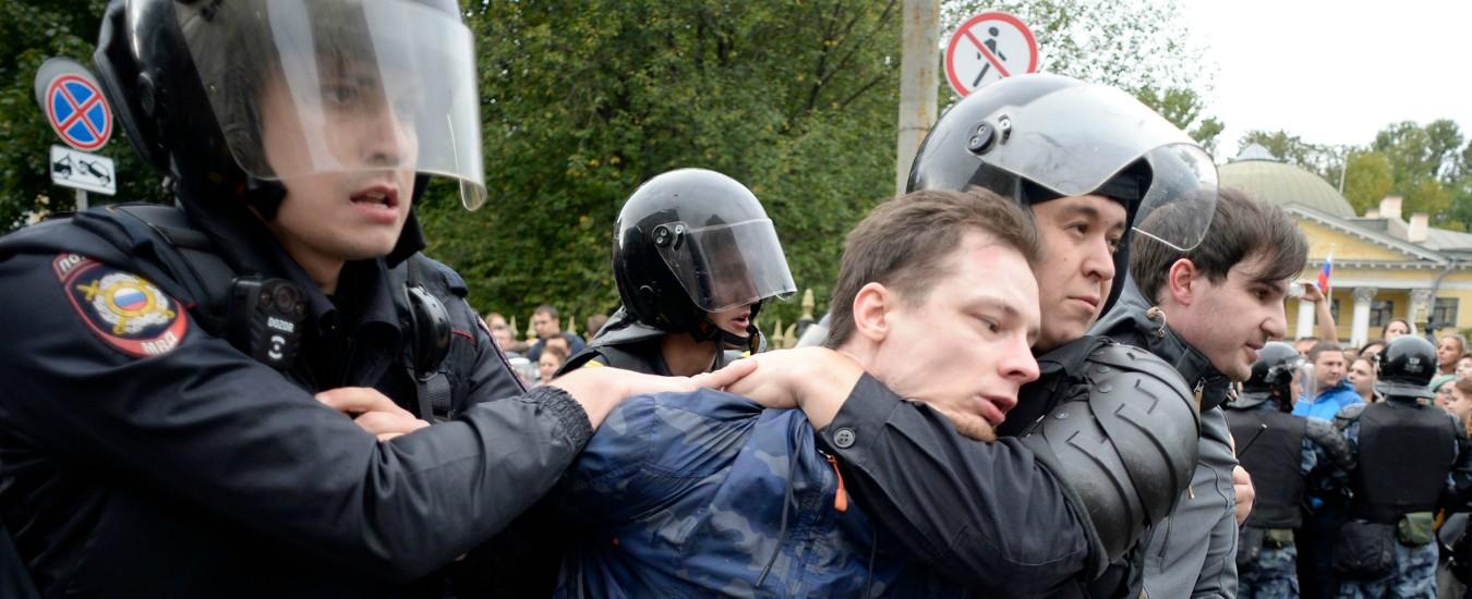 """Russia, 840 fermati per le manifestazioni contro la riforma pensioni. Decine di migliaia per le strade: """"Putin è un ladro"""""""