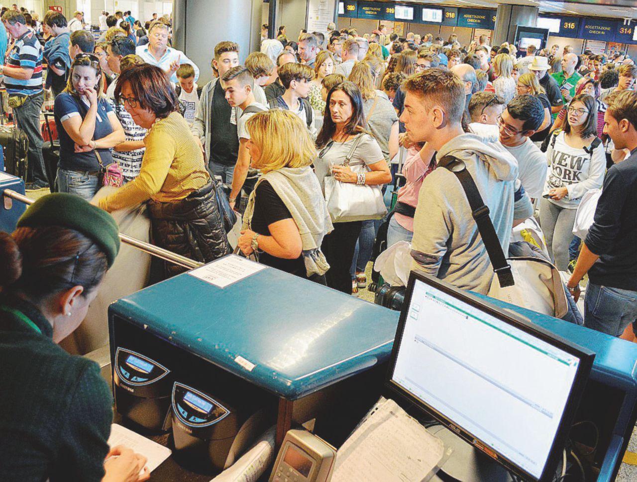 In Edicola sul Fatto del 11 settembre: Benetton, un altro regalo: l'aeroporto più lucroso di tutti