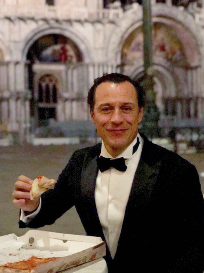 """Stefano Accorsi mette a tacere le polemiche per la foto della pizza in piazza San Marco: """"Un bellissimo modo di godere della Bellezza d'Italia"""""""