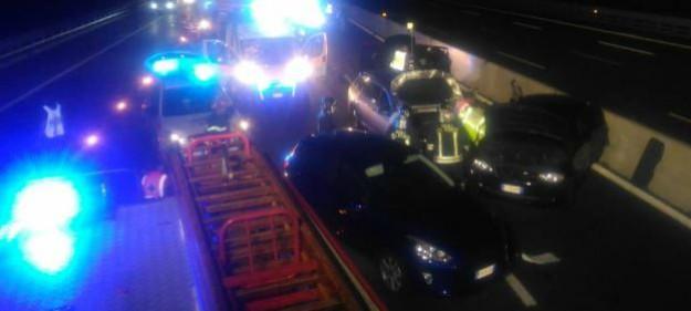 Autostrada A8, donna viene tamponata: scende dall'auto per proteggere le bambine, travolta e uccisa sul colpo