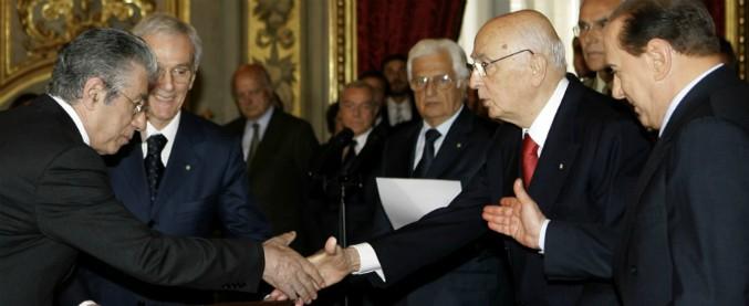 """Bossi condannato dalla Cassazione per vilipendio: chiamò """"terrone"""" Napolitano e fece il gesto delle corna"""