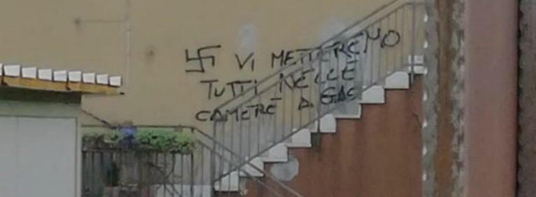 """Verona, coppia gay aggredita per la seconda volta: """"Benzina lanciata in faccia"""". Svastiche all'ingresso di casa"""