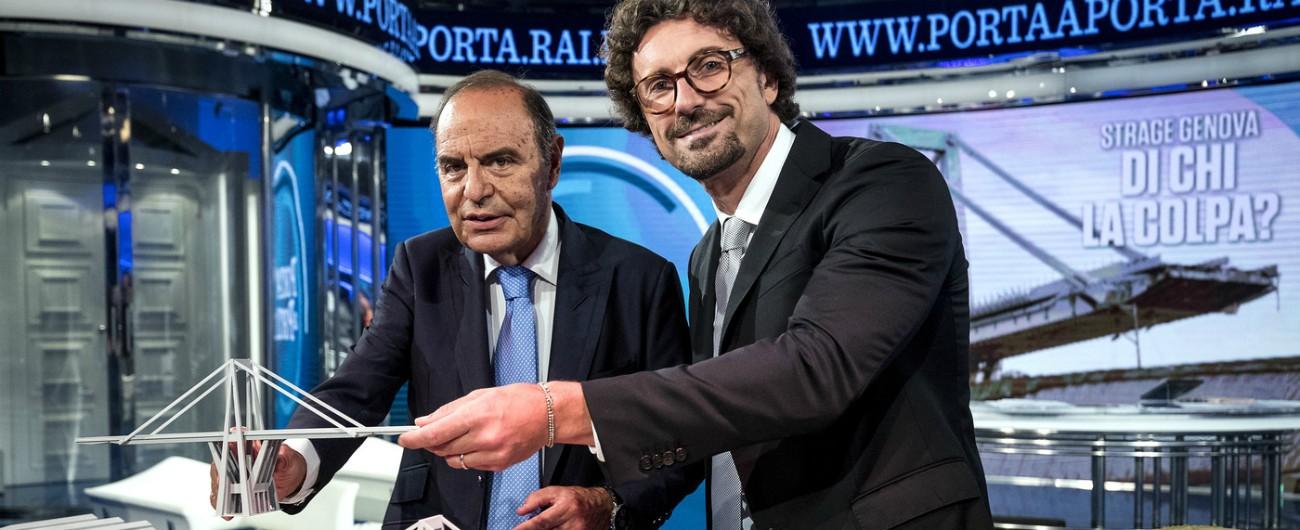"""Ponte Morandi, a """"Porta a Porta"""" torna il plastico e Toninelli nelle foto sorride in posa. Il ministro: """"Immagine innocua"""""""