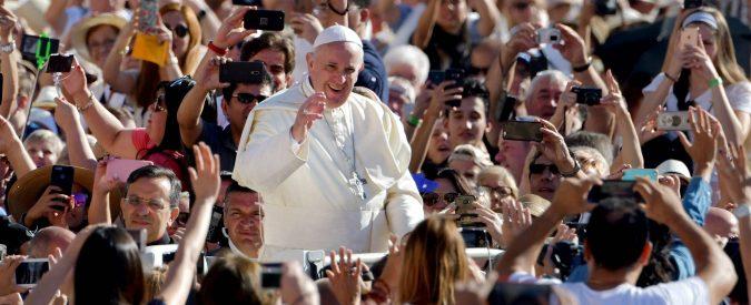 Papa Francesco, la rivoluzione dell'amore deve iniziare dalle scuole