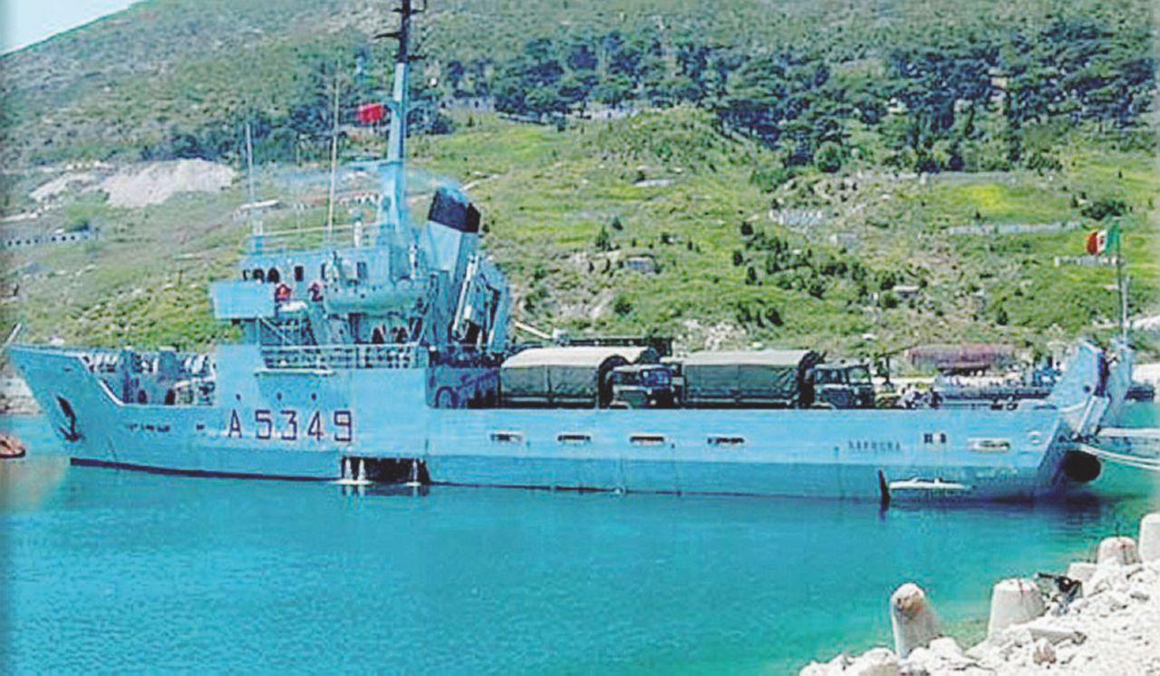 la marina indagata per contrabbando: al ritorno dalla libia a bordo c'erano 700 kg di sigarette