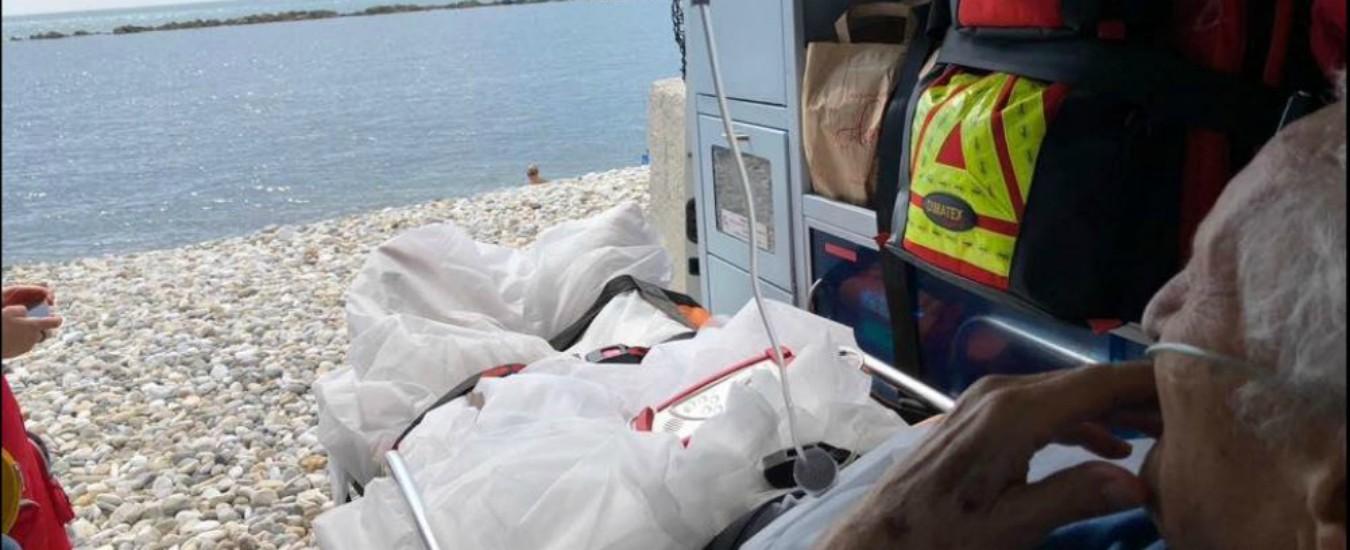 Chiede di vedere il mare per l'ultima volta, l'ambulanza si ferma in spiaggia e apre il portellone
