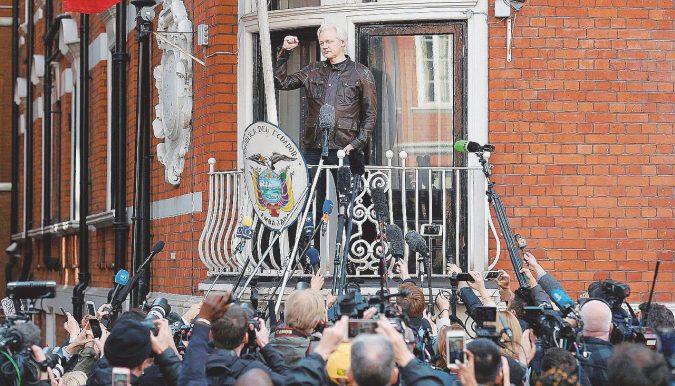 """Il Cremlino voleva salvare il """"compagno"""" Assange"""