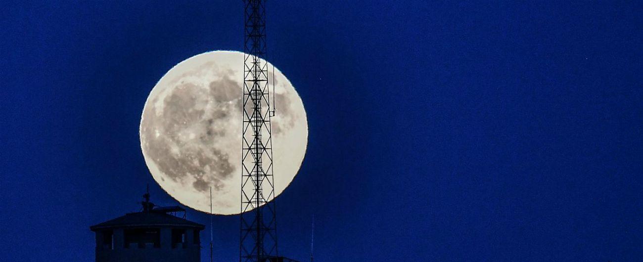 Notte della Luna, questa sera occhi all'insù per ammirare il nostro satellite. E ci saranno anche le stelle cadenti