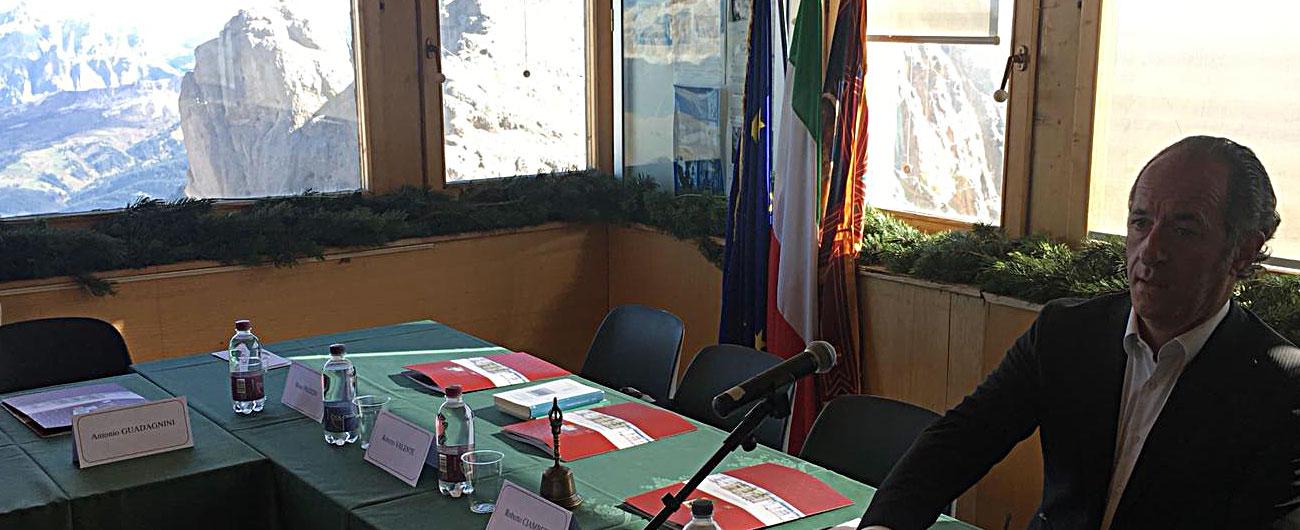 Veneto, consiglio regionale ad alta quota. Zaia porta tutti sulla Marmolada contro l'attribuzione della vetta al Trentino