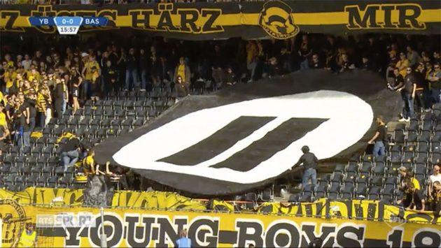 Svizzera, i tifosi lanciano gamepad sul campo per protestare