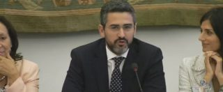 """M5s, gaffe di Riccardo Fraccaro al forum per la democrazia diretta: vede il ministro Savona e lo chiama """"Tria"""""""