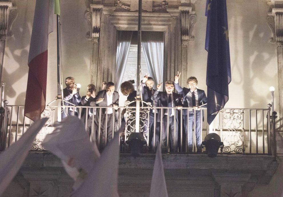 Il balcone – Il ministro Paolo Savona e l'esultanza di Luigi Di Maio e i ministri – Ansa