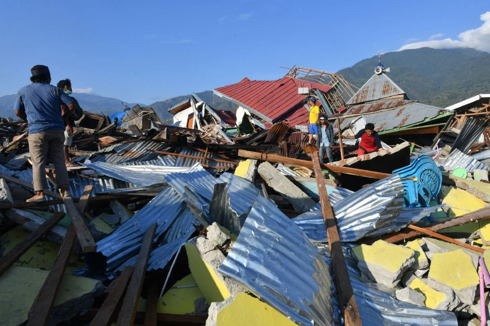 Indonesian people examine the damage to houses in the Balaroa village in Palu, Indonesia's Central Sulawesi on October 1, 2018. – The death toll nearly doubled to 832 but was expected to rise further after a disaster that has left the island of Sulawesi reeling. (Photo by ADEK BERRY / AFP)