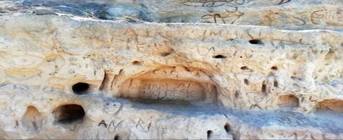 """Puglia, incide graffiti nelle dune fossili dell'oasi di Torre Guaceto: """"Danno irreversibile"""". Denunciato 31enne"""