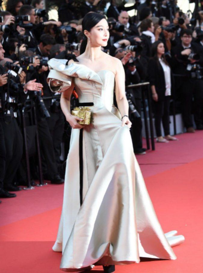 """Fan Bingbing, la famosa attrice cinese: """"Mi vergogno di aver evaso il fisco"""". La somma sarebbe di 128 milioni di dollari"""
