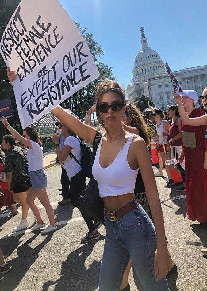 """#MeToo, Emily Ratajkowski arrestata durante le proteste contro la nomina di Kavanaugh: """"Le donne in questo Paese non contano"""""""