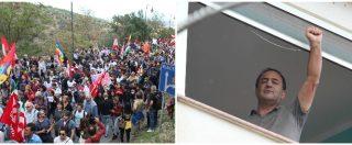 """Lucano, in migliaia al corteo per il sindaco (sospeso) di Riace: """"Mimmo libero"""". E lui saluta col pugno chiuso dal balcone"""