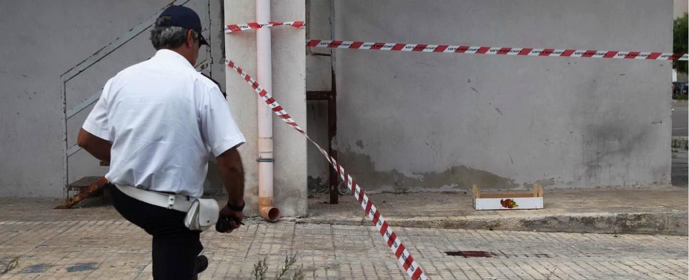 Taranto, padre accoltella un figlio e lancia l'altra dal balcone. Grave bambina di sei anni, ferito il fratello