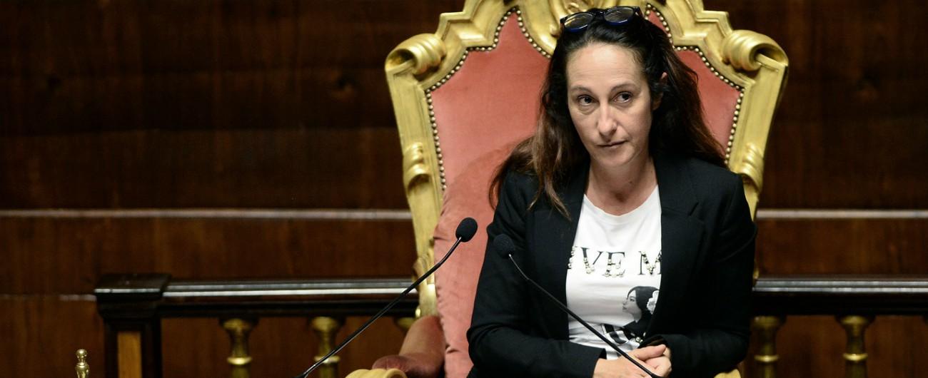"""Periferie, la protesta dei sindaci dentro il Senato. La Taverna li fa allontanare: """"Noi espulsi perché avevamo le fasce tricolore"""""""
