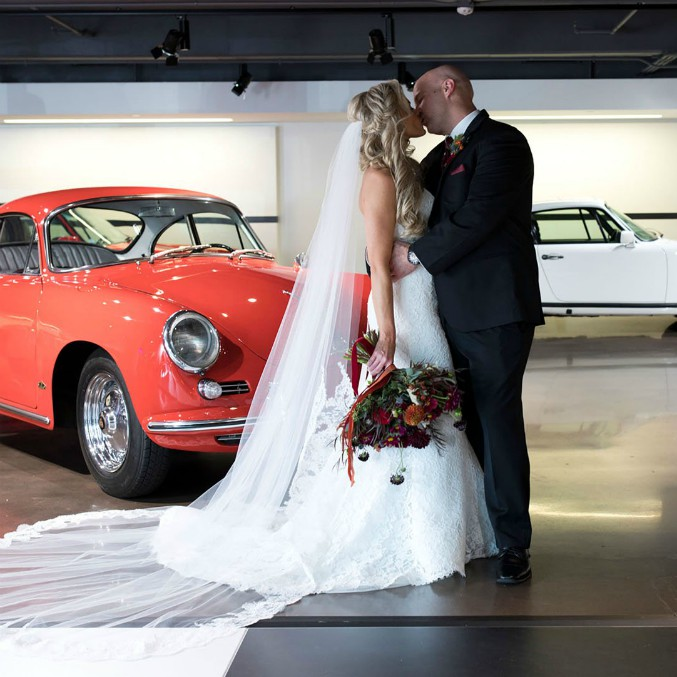 Due fan di Porsche si sposano dentro a una Cayenne in pista – FOTO