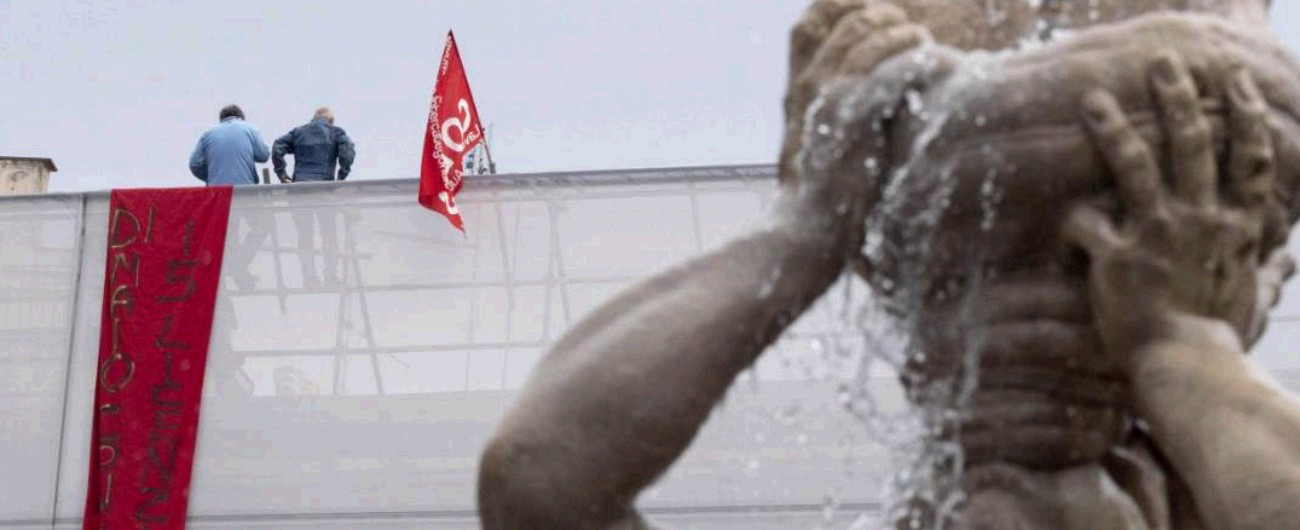 """Protesta operai Fca, Prc denuncia: """"Colpiti da Daspo per essere saliti su un tetto"""""""