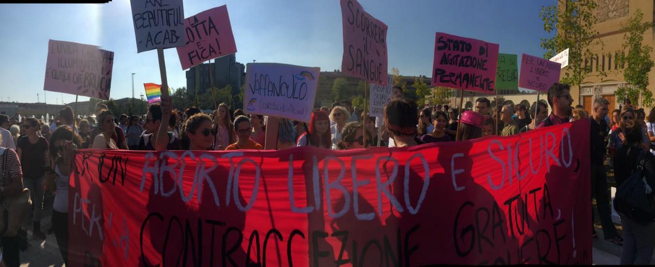 """Verona, """"Aborto libero e garantito"""": in migliaia in piazza per difendere la legge 194. Sostegno anche da Milano"""