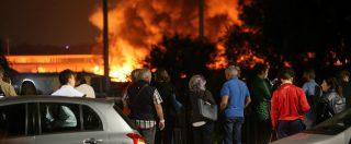 Milano, vasto incendio in un capannone: la colonna di fumo visibile da un chilometro. Indagini sulle cause