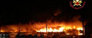 """Milano, vasto incendio in un capannone di stoccaggio rifiuti. Comune: """"Tenete le finestre chiuse"""""""