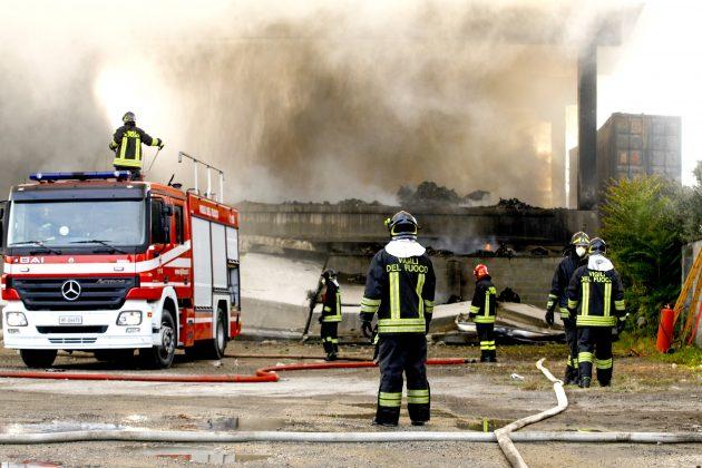 Milano, aperta inchiesta sul rogo nel capannone di stoccaggi