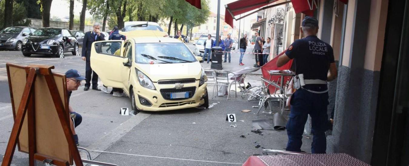 Brescia, auto sterza e travolge i tavolini di un bar: morta donna 55enne che beveva un caffè all'aperto
