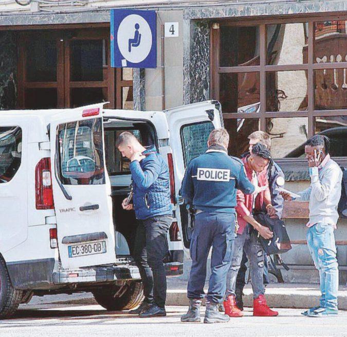 """L'Italia accusa: """"La Francia scarica i migranti"""""""